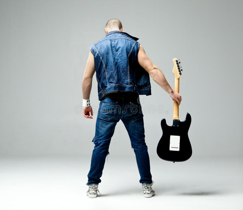 Type avec la guitare photo libre de droits