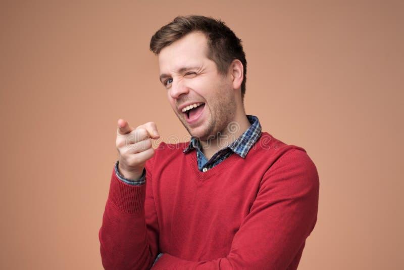 Type avec le poil souriant et exprimant des émotions positives tout en se dirigeant à la caméra image libre de droits