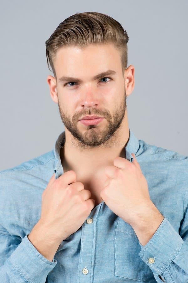 Type avec le visage barbu, cheveux élégants, collier de chemise de prise de coupe de cheveux image stock