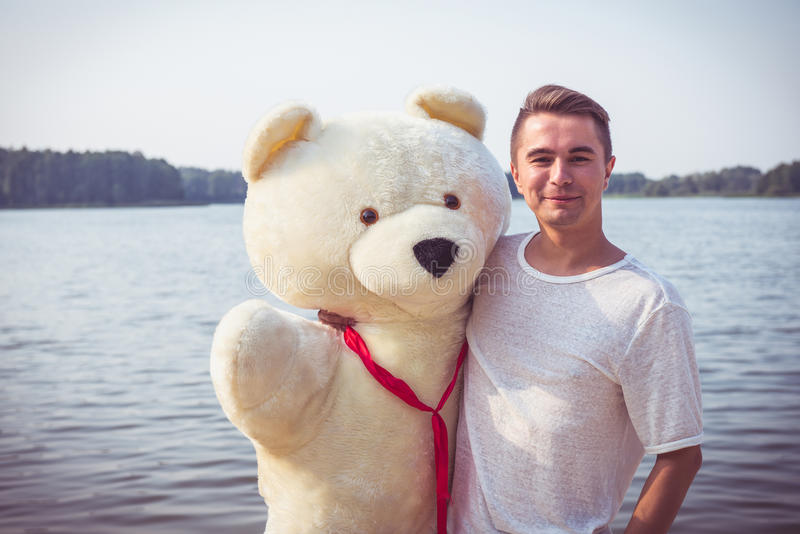 Type avec un grand ours de nounours images libres de droits