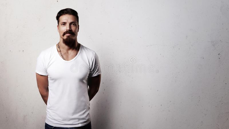 Type barbu dans le T-shirt vide images stock