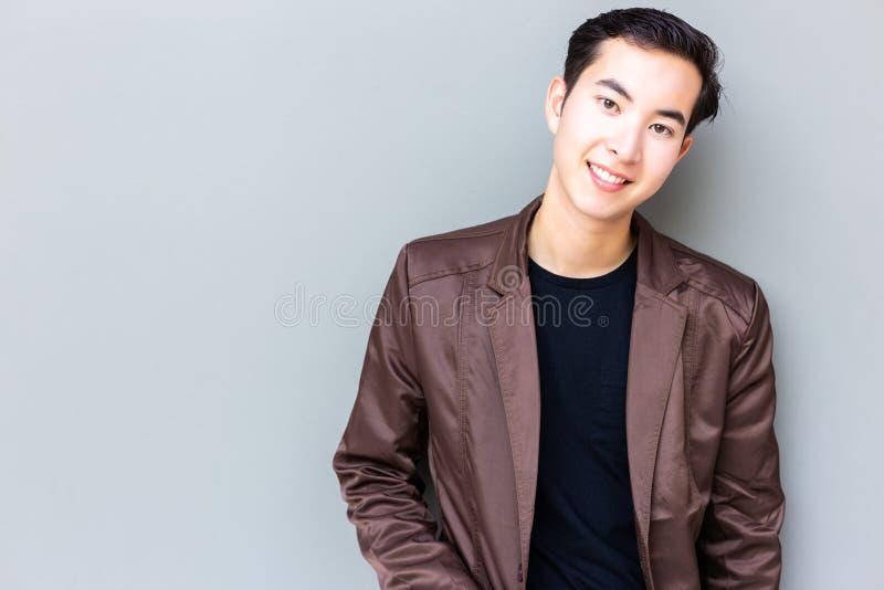 Type beau attirant de portrait jeune Jeunes beaux avec du charme photographie stock