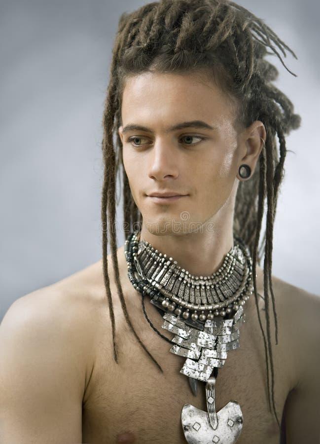 Type beau avec des dreadlocks et des bijoux photos stock