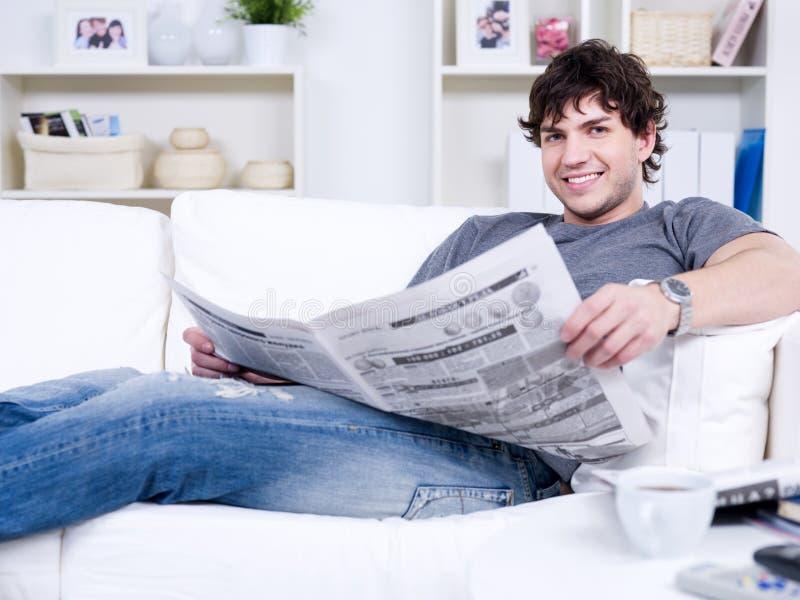 Type beau avec le journal image libre de droits