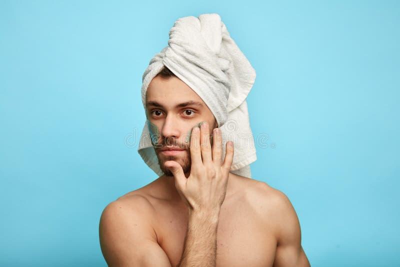 Type beau magnifique avec une serviette sur sa tête image libre de droits