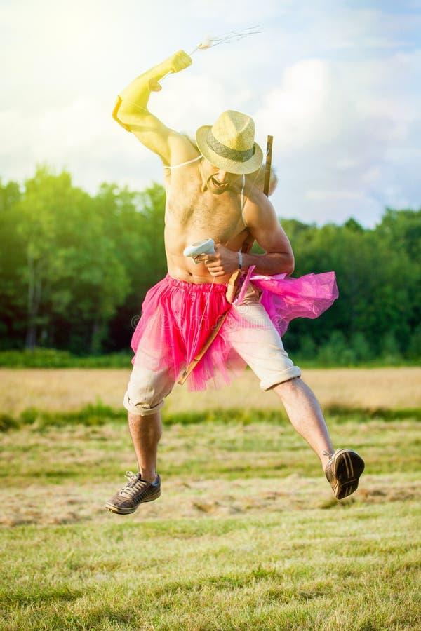 Type blanc avec des ailes sur le sien de retour Il montre l'arc avec la flèche Cupidon le jour du ` s de Valentine photo libre de droits