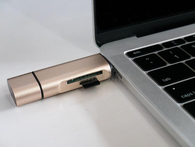 Type-c d'USB lecteur Attached de carte de mémoire à l'ordinateur portable photos stock