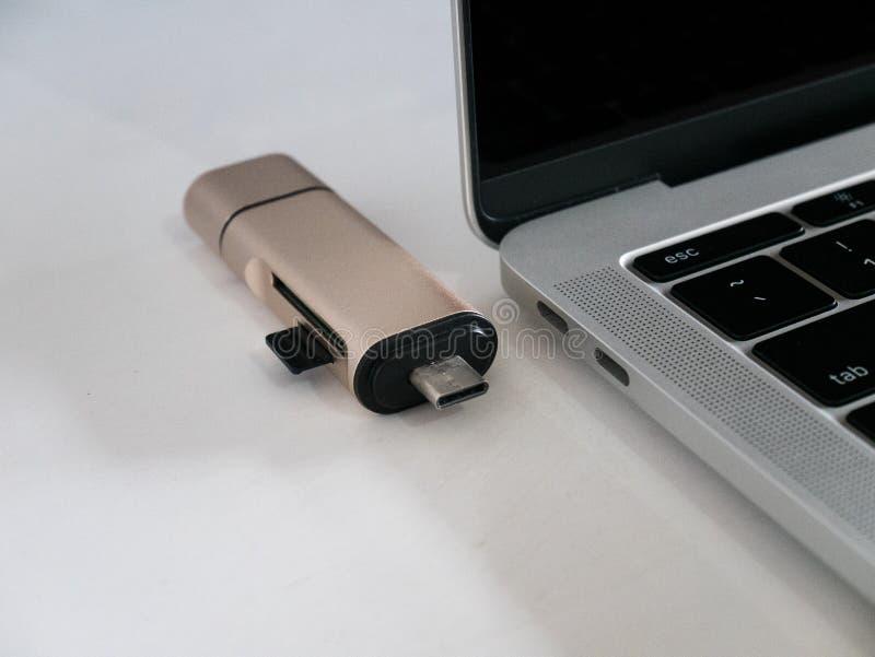 Type-c d'USB lecteur de carte de mémoire avec l'ordinateur portable image stock