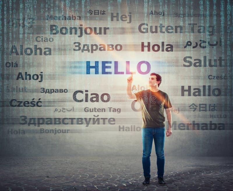 Type d'étudiant dirigeant l'index vers le haut de choisir le mot bonjour avec différentes traductions Professeur multilingue appr photographie stock libre de droits