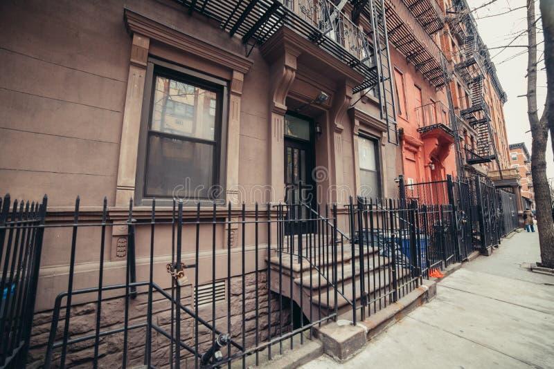 Type d'avant-guerre de New York City bâtiments typiques sur la rue de ville images stock