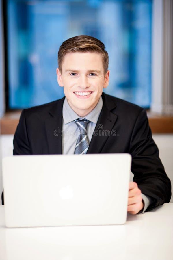 Type d'entreprise passant en revue dans son ordinateur portable photo stock