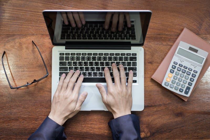 Type d'homme d'affaires sur le loptop dans son bureau, vue supérieure photos libres de droits