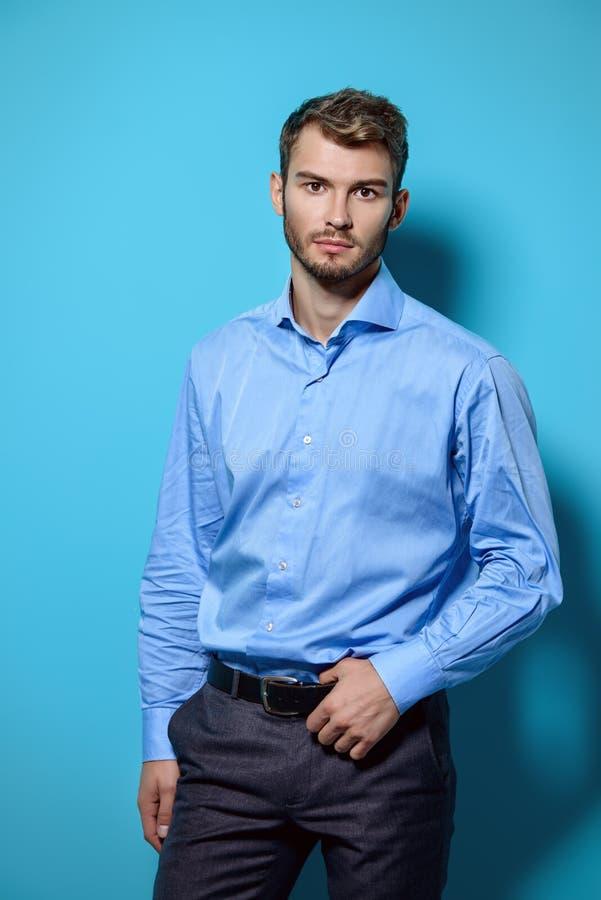 Type dans la chemise bleue image libre de droits