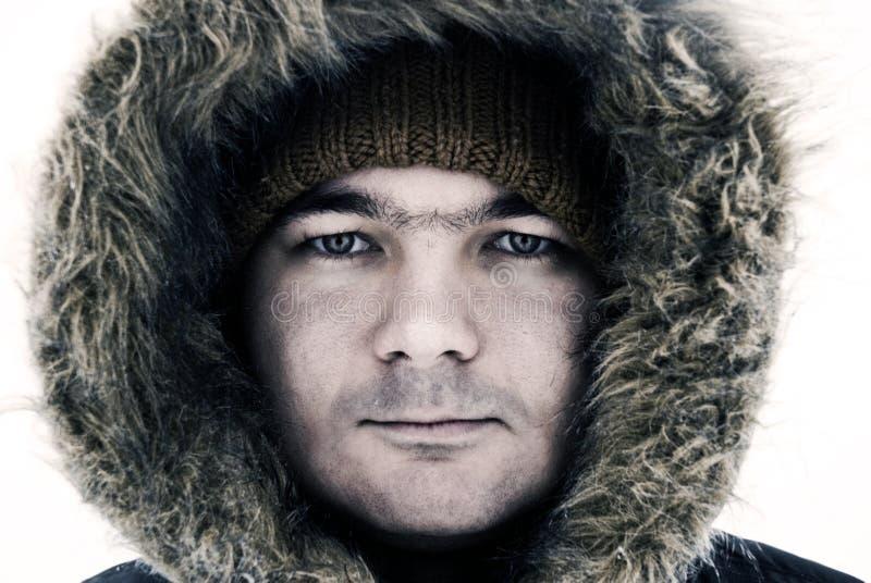 Type dans le capot de l'hiver photographie stock libre de droits