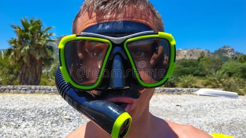 Type dans un masque de natation photo libre de droits