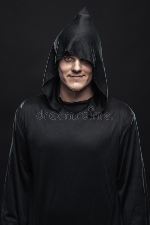 Type dans une robe longue noire photo libre de droits