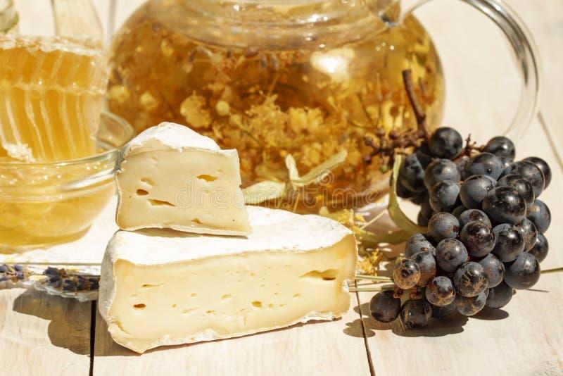 Type de brie de fromage Fromage de camembert Fin vers le haut Fromage frais de brie et une tranche sur une table blanche en bois  photos stock