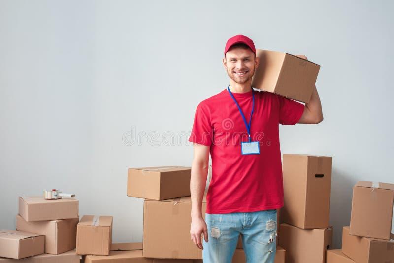 Type de la livraison sur la boîte blanche de participation de position de mur sur heureux fort d'épaule images libres de droits