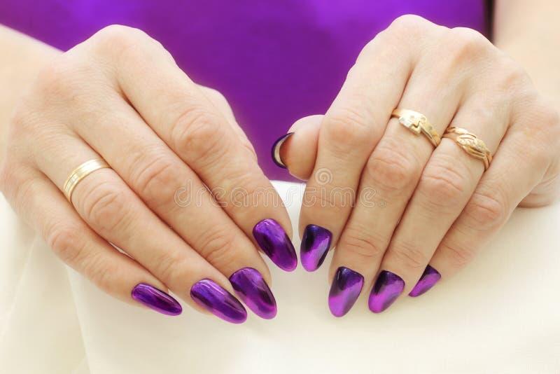 Type de mode Violet Nails Manicure photo libre de droits