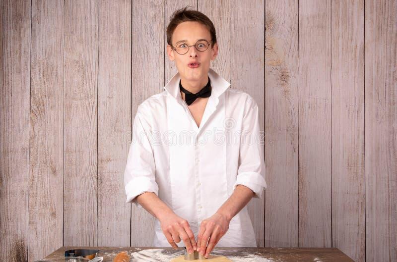 Type de pâtisserie dans un costume préparant des biscuits image libre de droits