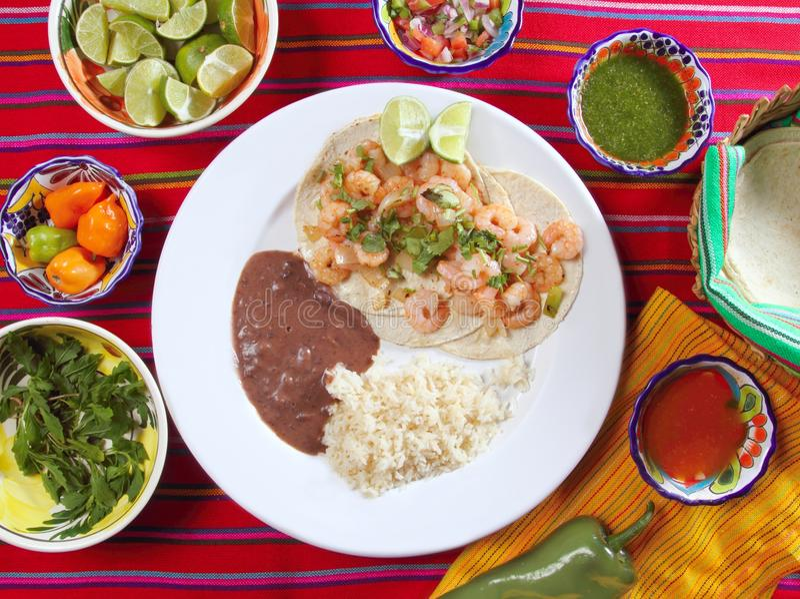 Type de riz de tacos de crevette et de Mexicain de frijoles photos stock
