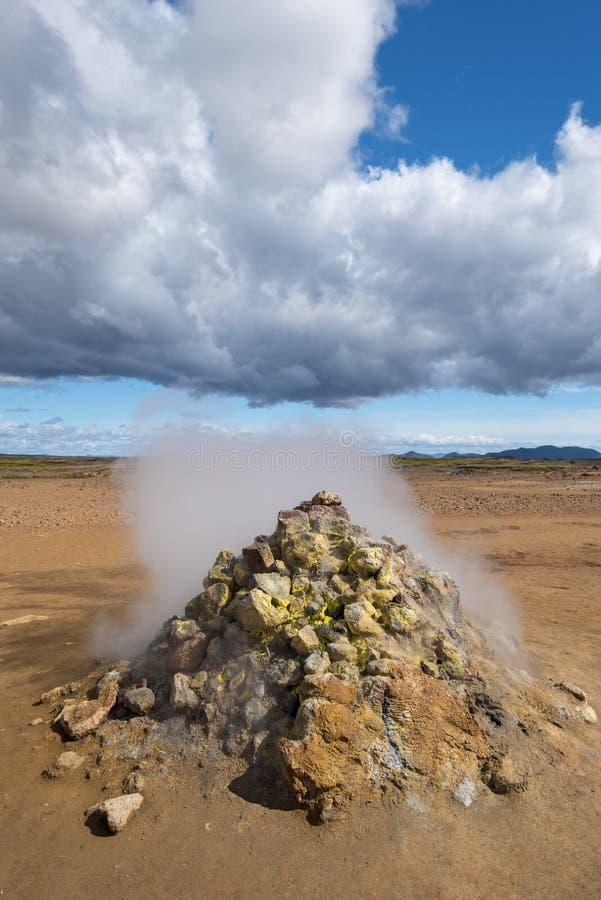 Type de solfatare de fumerolle active dans le site hydrothermique de Hverarond en île du nord images libres de droits