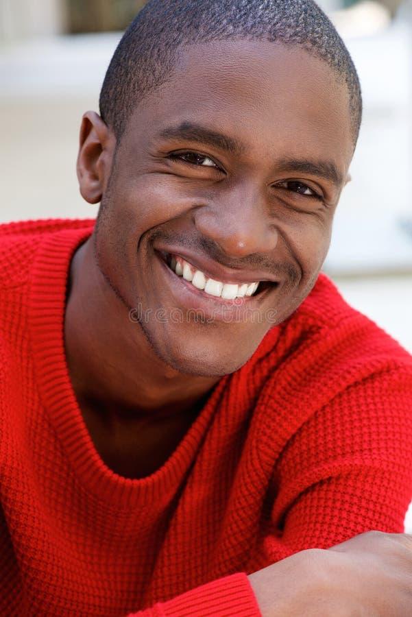 Type de sourire d'afro-américain dans le chandail rouge image stock