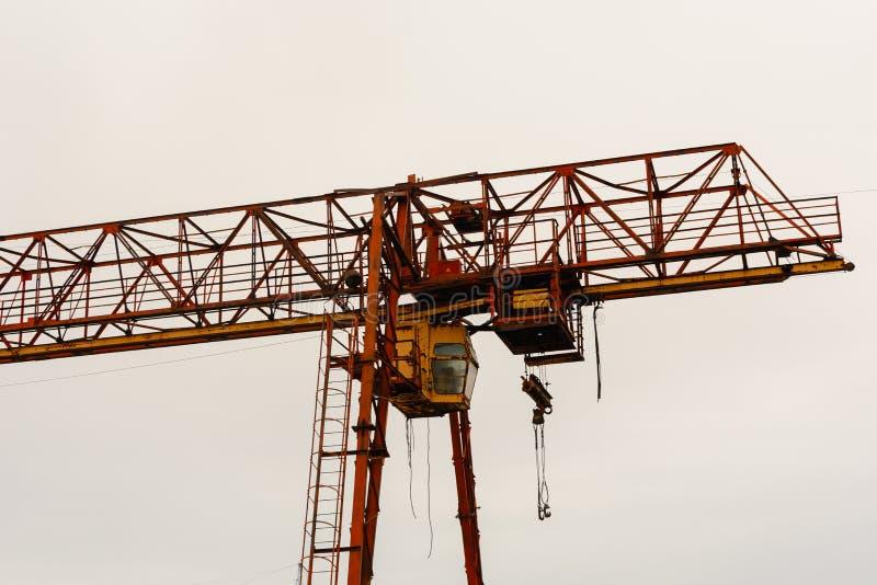 Type de soutenir des constructions métalliques de grue de portique contre le ciel bleu photographie stock