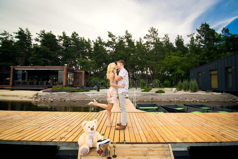 Type embrassant une fille sur le pilier image libre de droits
