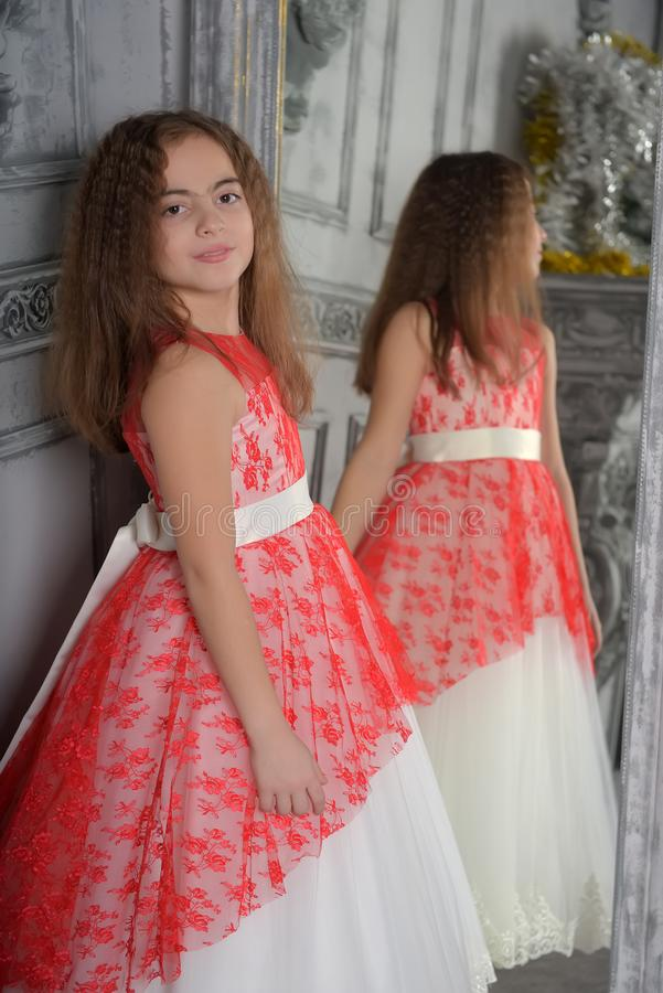 Type est la fille la brune dans le blanc avec une robe ?l?gante rouge photographie stock libre de droits