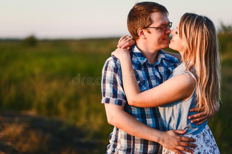 Type et fille étreignant dehors image libre de droits