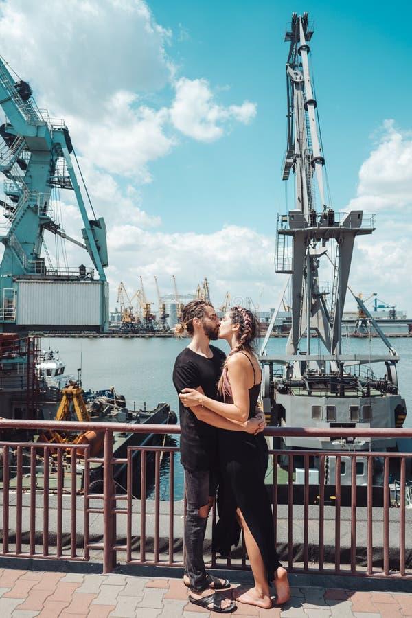 Type et fille dans les docks images libres de droits