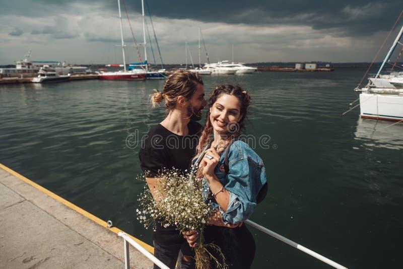 Type et fille sur le pilier photographie stock libre de droits