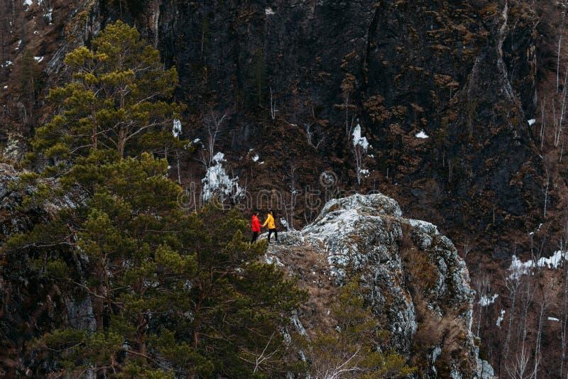 Type et fille voyageant les montagnes photos stock