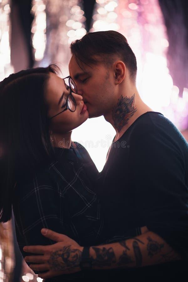 Type et le plan rapproché de baiser de fille sur un fond clair images stock