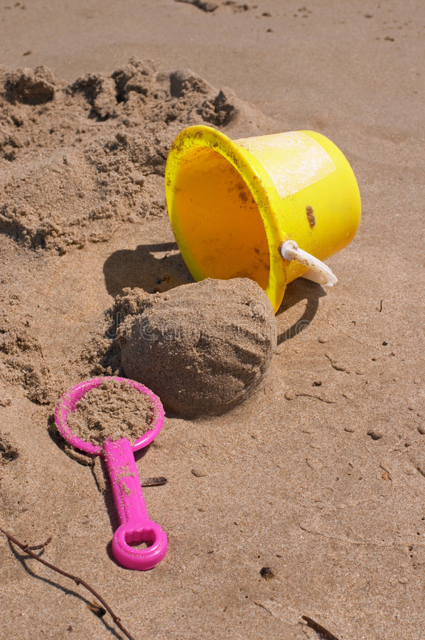 Type et pelle sur le sable photographie stock libre de droits