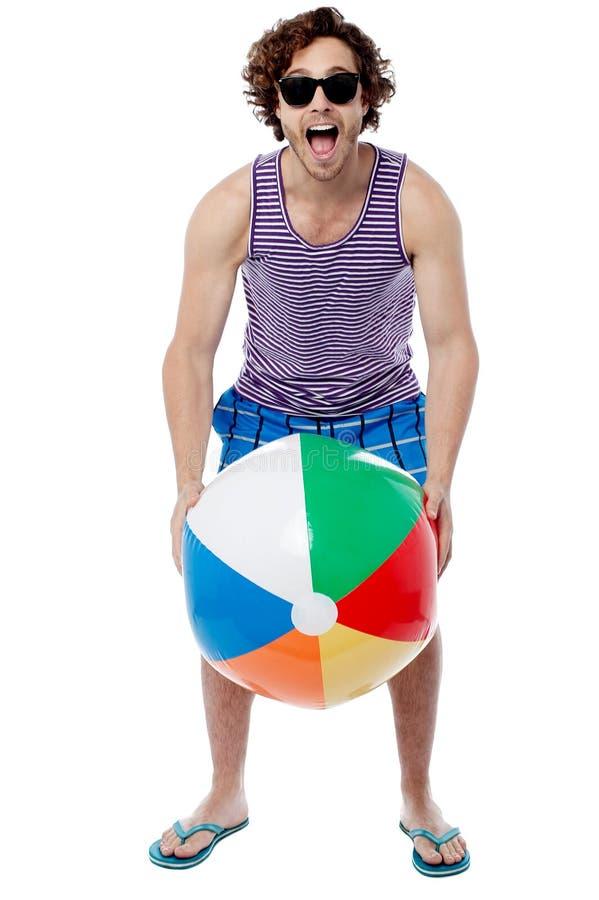 Type frais jouant avec du ballon de plage photographie stock