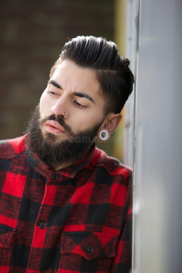 Type génial avec la barbe et les perforations image libre de droits