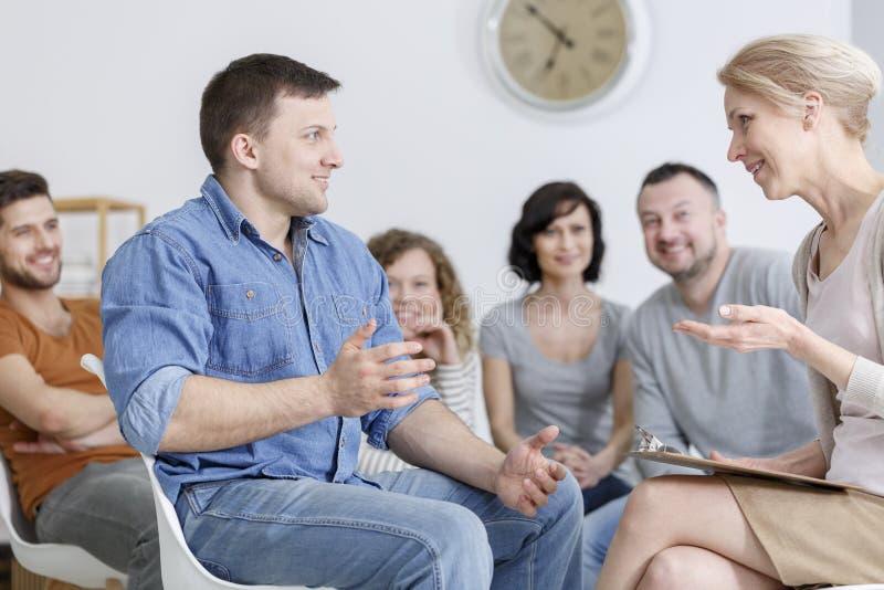 Type heureux parlant au thérapeute photos stock