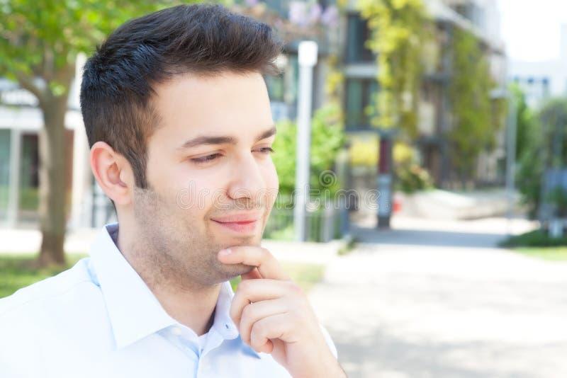Type hispanique dans une chemise bleue photographie stock