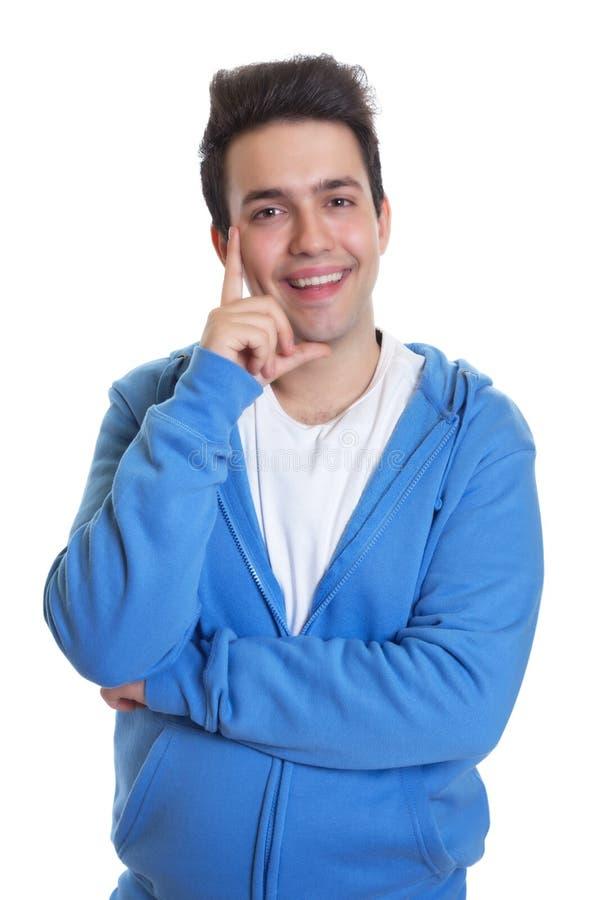Type hispanique heureux dans un bleu hoody photos stock