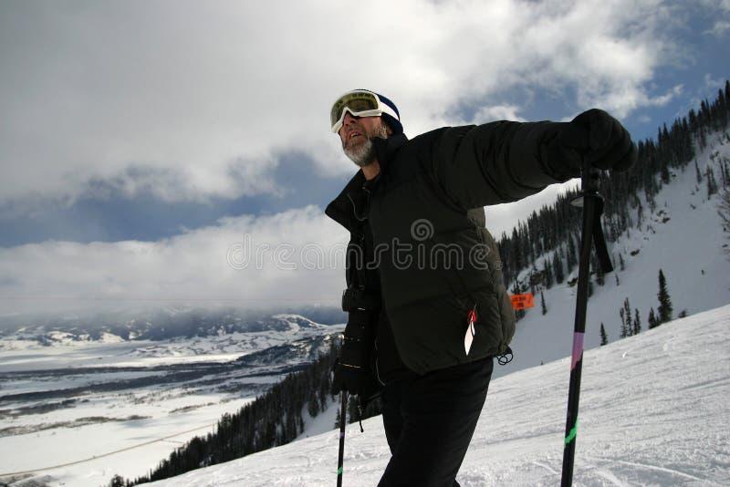 Type incliné de skieur photographie stock libre de droits