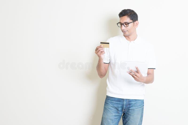 Type indien faisant des emplettes en ligne image stock