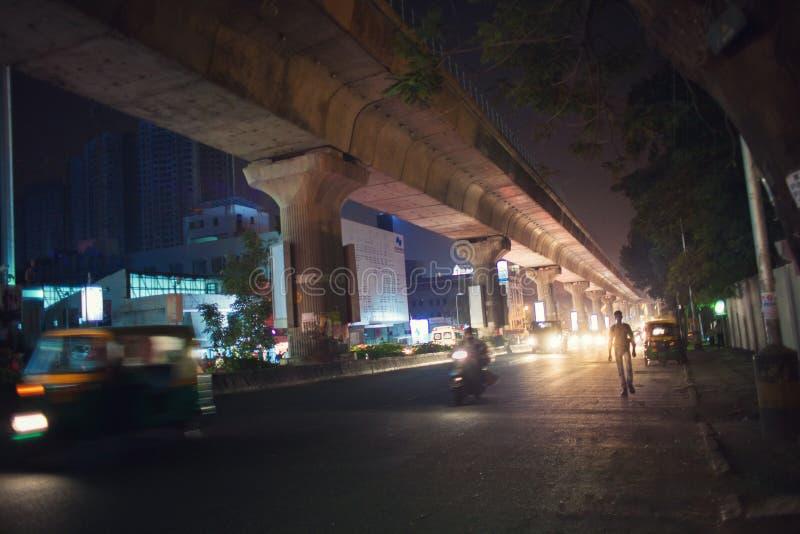 Type indien marchant le long de la rue photographie stock
