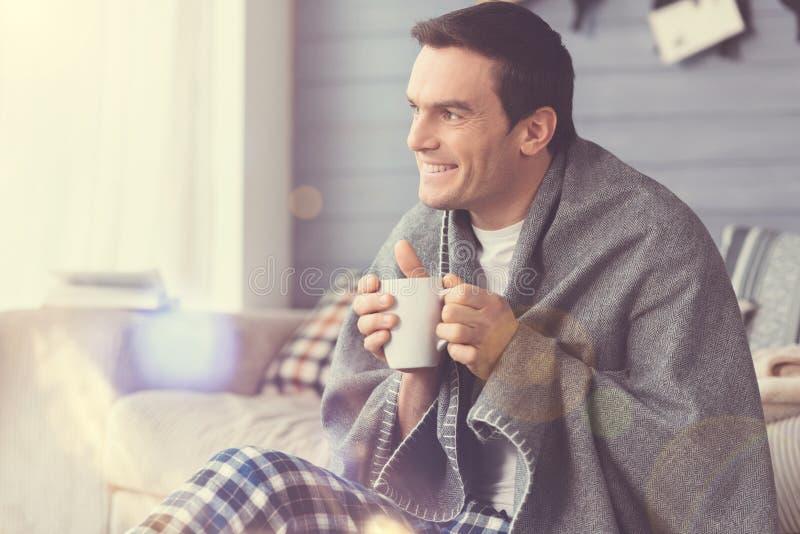 Type intelligent décontracté appréciant le matin confortable photos libres de droits