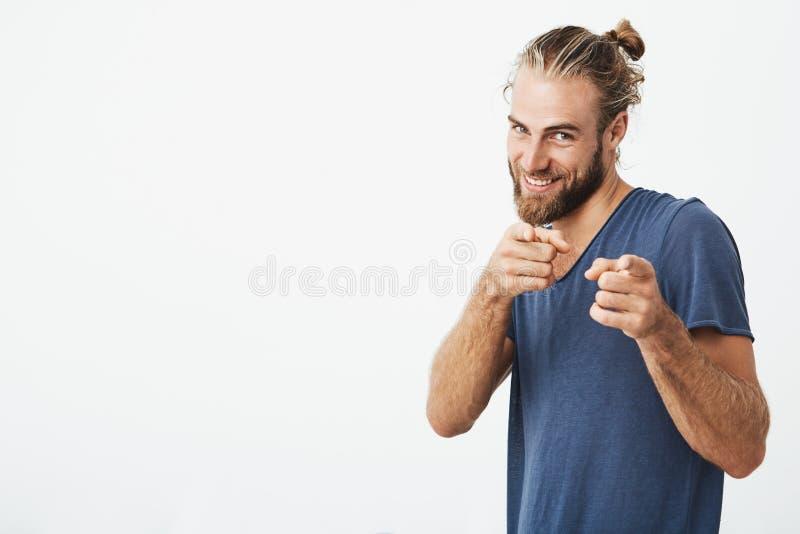 Type mûr beau avec la barbe se dirigeant à l'appareil-photo avec des index sur les deux mains avec l'expression heureuse Copiez l image stock