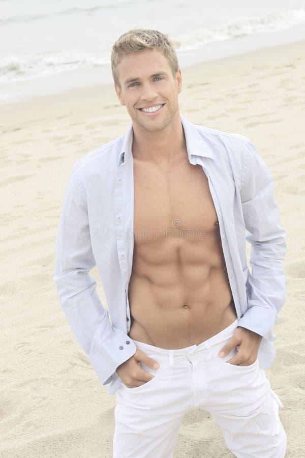 Type mignon sur la plage photographie stock