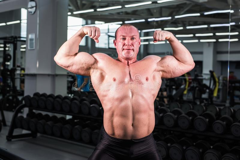 Type musculaire de bodybuilder dans le gymnase photo stock
