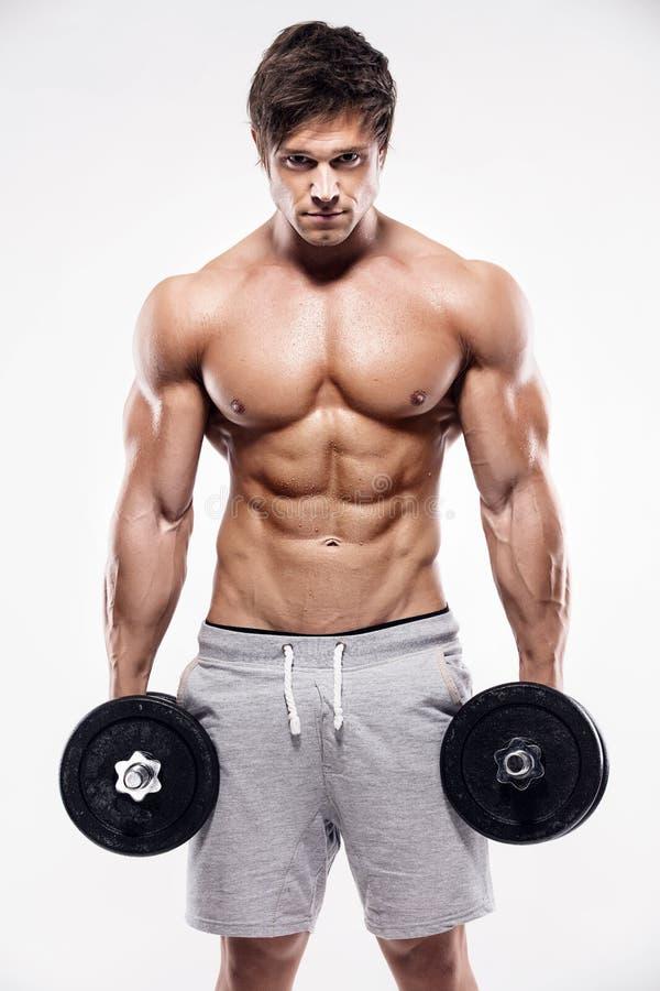 Type musculaire de bodybuilder faisant des exercices avec des haltères photographie stock