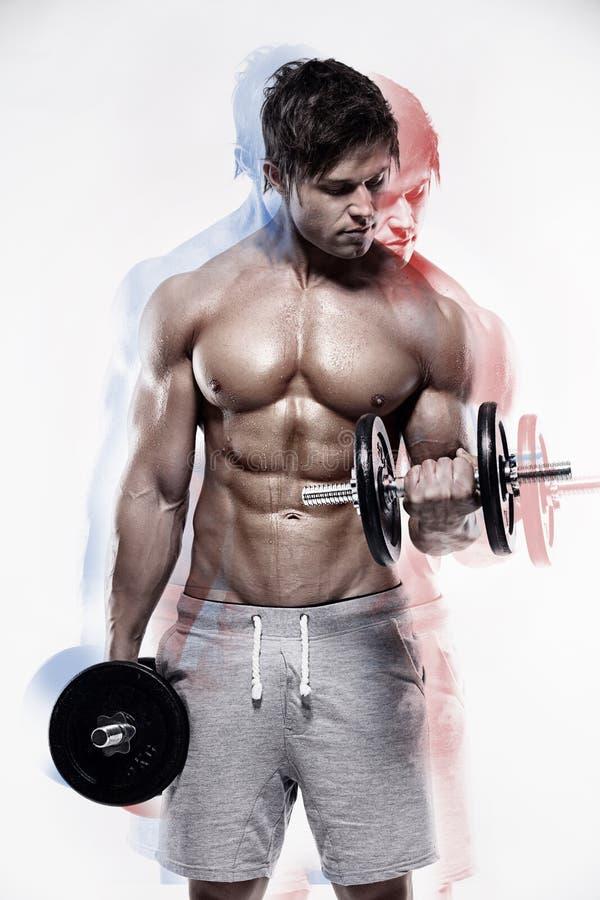 Type musculaire de bodybuilder faisant des exercices avec des haltères images libres de droits